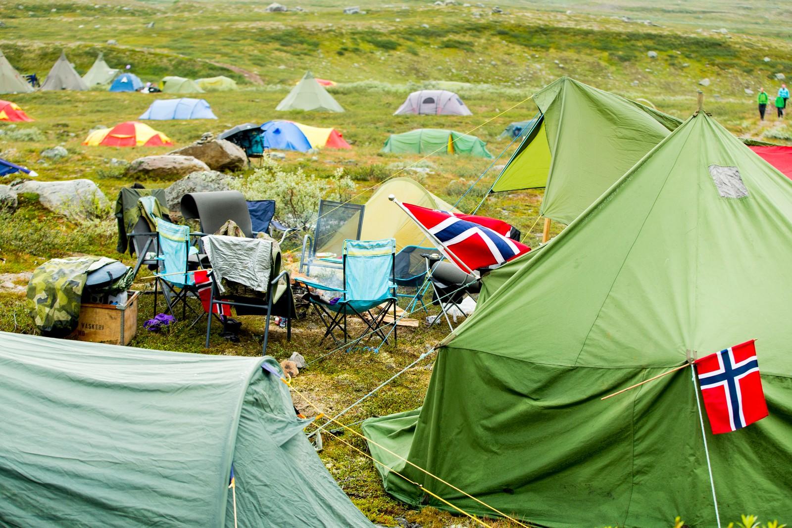 Tilskuere overnatter i telt før fjerde og siste etappe i sykkelrittet Arctic Race of Norway søndag.