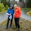 Jan Kockbach og Øyvind Sandbakk står ved løypa og kikker på et ark.