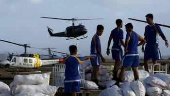 Filippinske soldatar lastar naudhjelp.