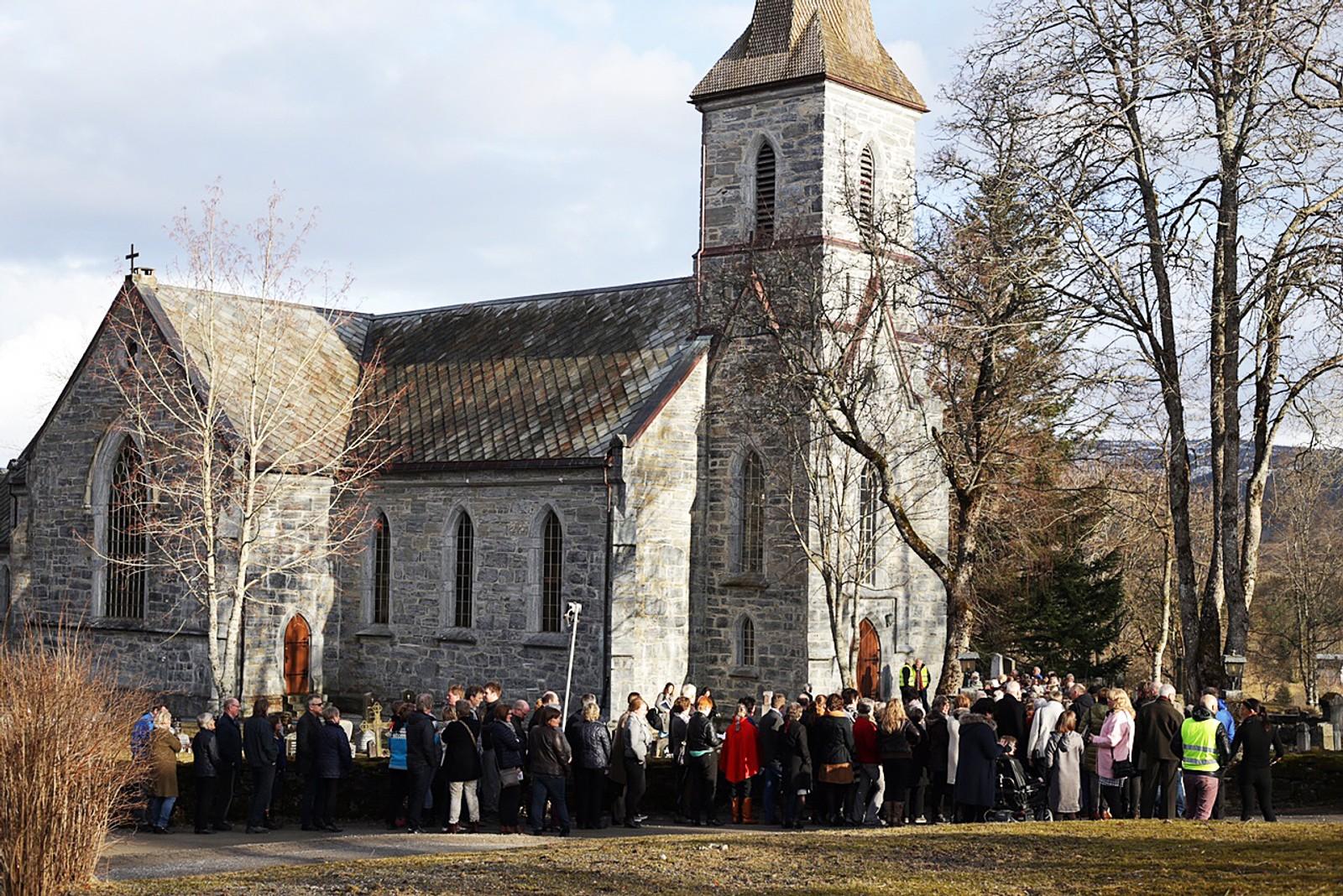 Slik så det ut utenfor Snåsa kirke i timen før bursdagskonserten startet.