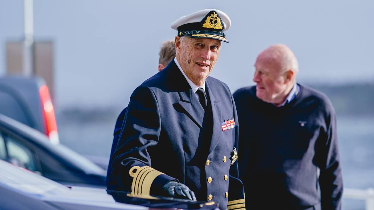 Kongen debarkerer kongeskipet Norge