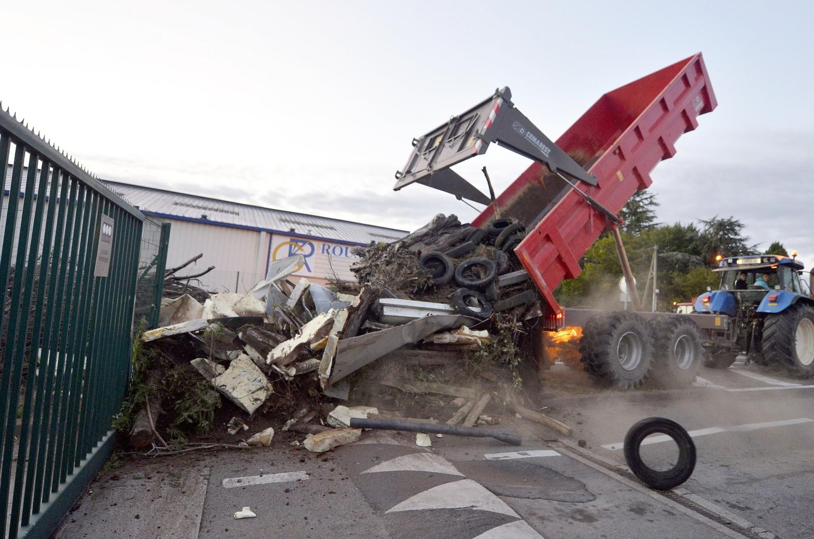Et lass med dekk og søppel ble dumpet utenfor inngangen til meieriprodusenten Lactalis i Nantes torsdag.