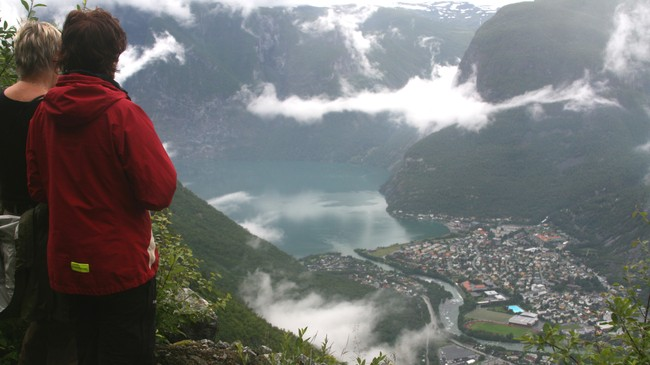 Tek du ein spasertur på den gamle vegen til fjells får du eit svimlande utsyn over Øvre Årdal. Foto: Kjell Arvid Stølen, NRK.