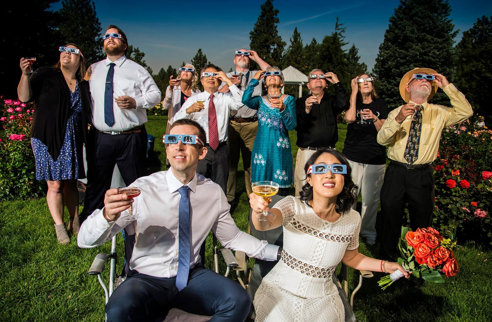 Mens noen retta linsa mot solformørkelsen, tenkte andre motsatt. Etter bryllupsseremonien skålte Nathan Mauger og Connie Young med gjester i Spokane. Washington.