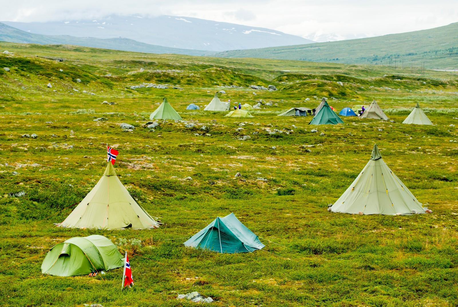 Tilskuere overnatter i telt før fjerde og siste etappe i sykkelrittet Arctic Race of Norway søndag. Etappen går fra Polarsirkelen til Bodø.