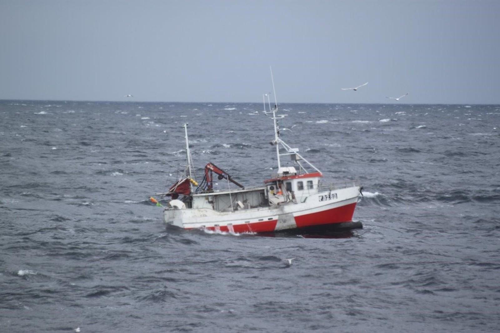 Endre Jakobsen oppdaget plutselig at maskinrommet var fullt av vann. Han ropte «Mayday» på VHF klokken åtte på morgenen. Da befant han seg på fiskefeltet mellom Båtsfjord og Berlevåg.