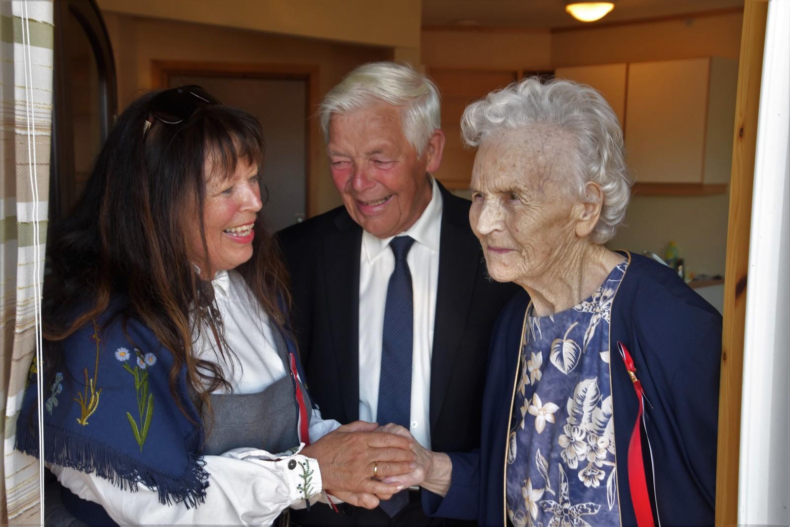 Med toget til Lundhaugen omsorgssenter i Bud kom sønnen til Borgny, Olav (83) og barnebarnet Rebekka (62).