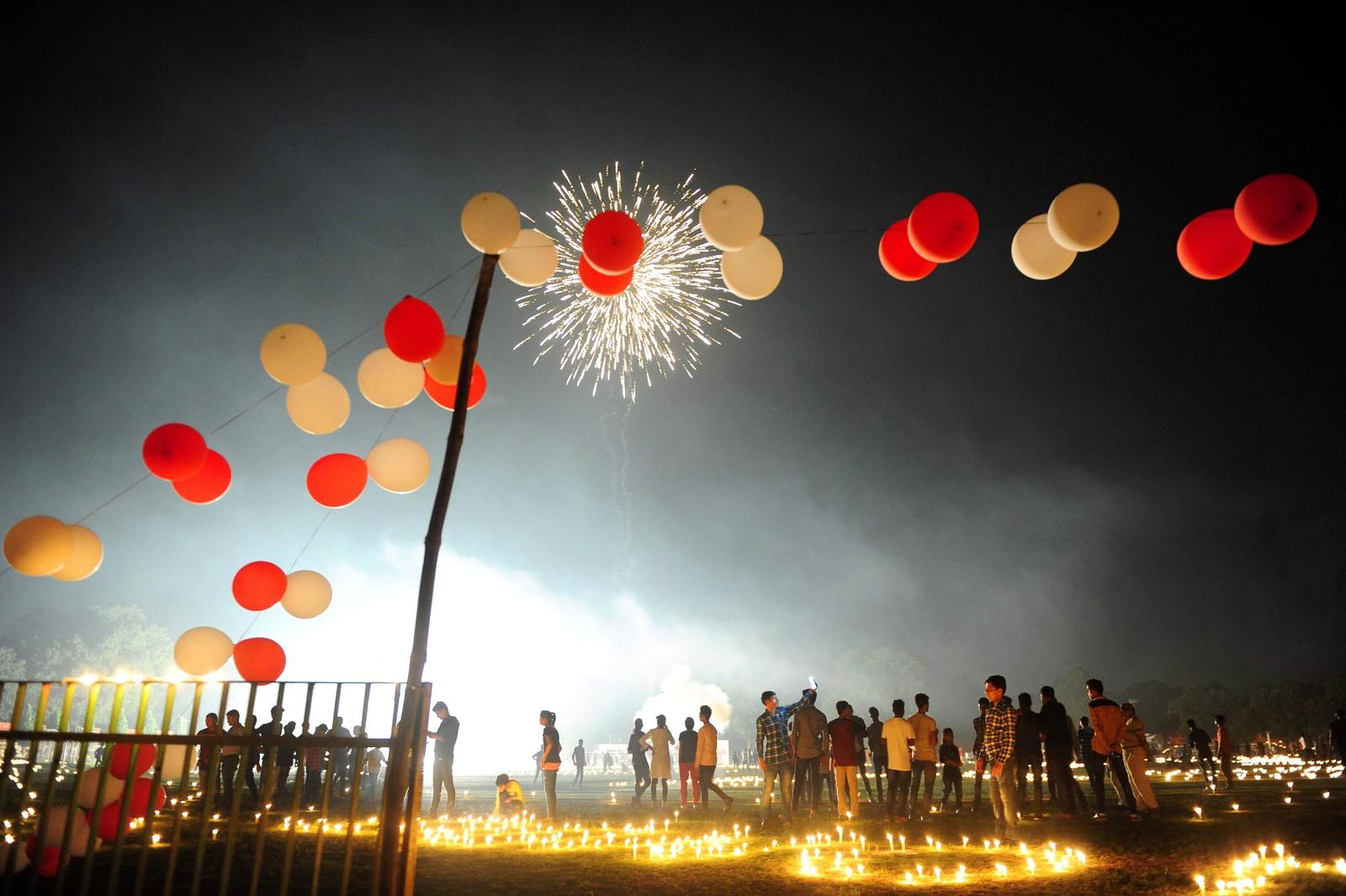 Feiring av lysfestivalen Divali i Allahabad i India.