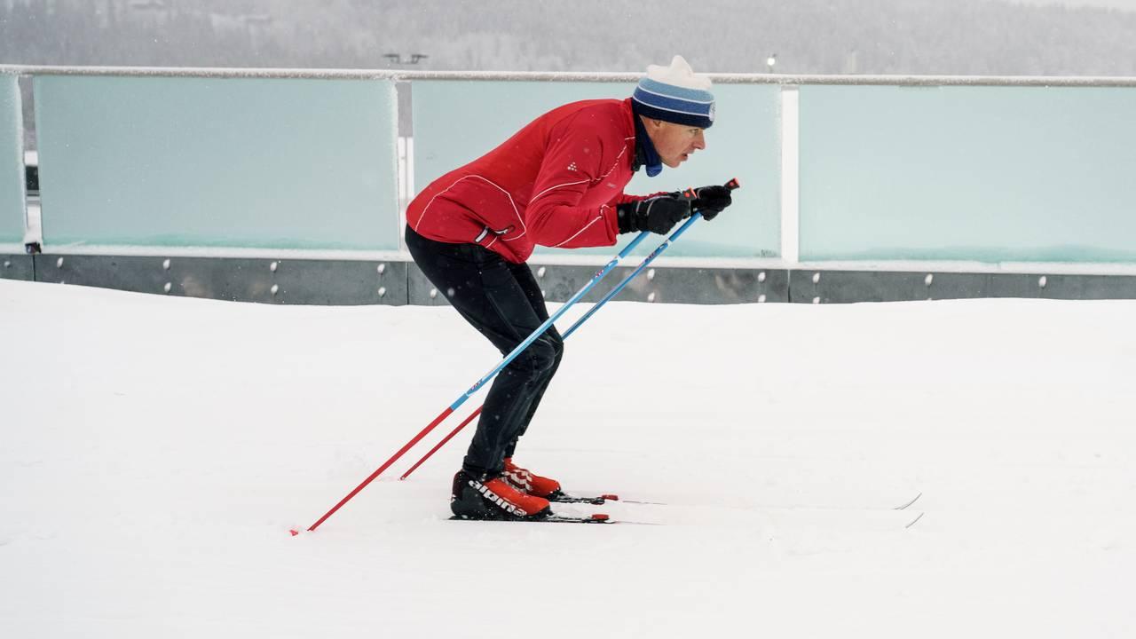 Erik Eide fra Skiforeningen demonstrerer god teknikk når det kommer til dobbeltak med fraspark på langrennski.