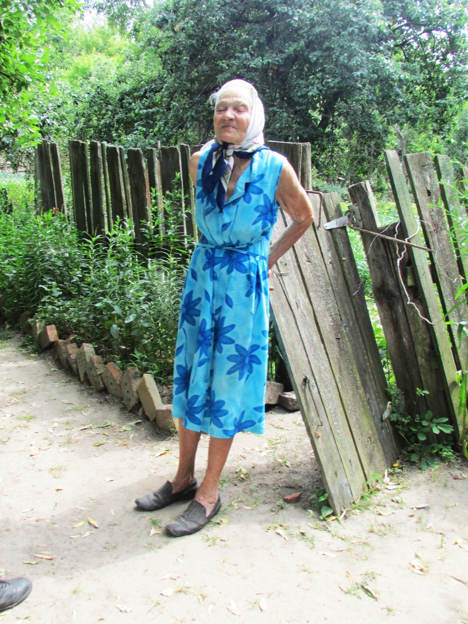 Rosalie poserte for fotografen ved porten inn til grønnsakshagen.