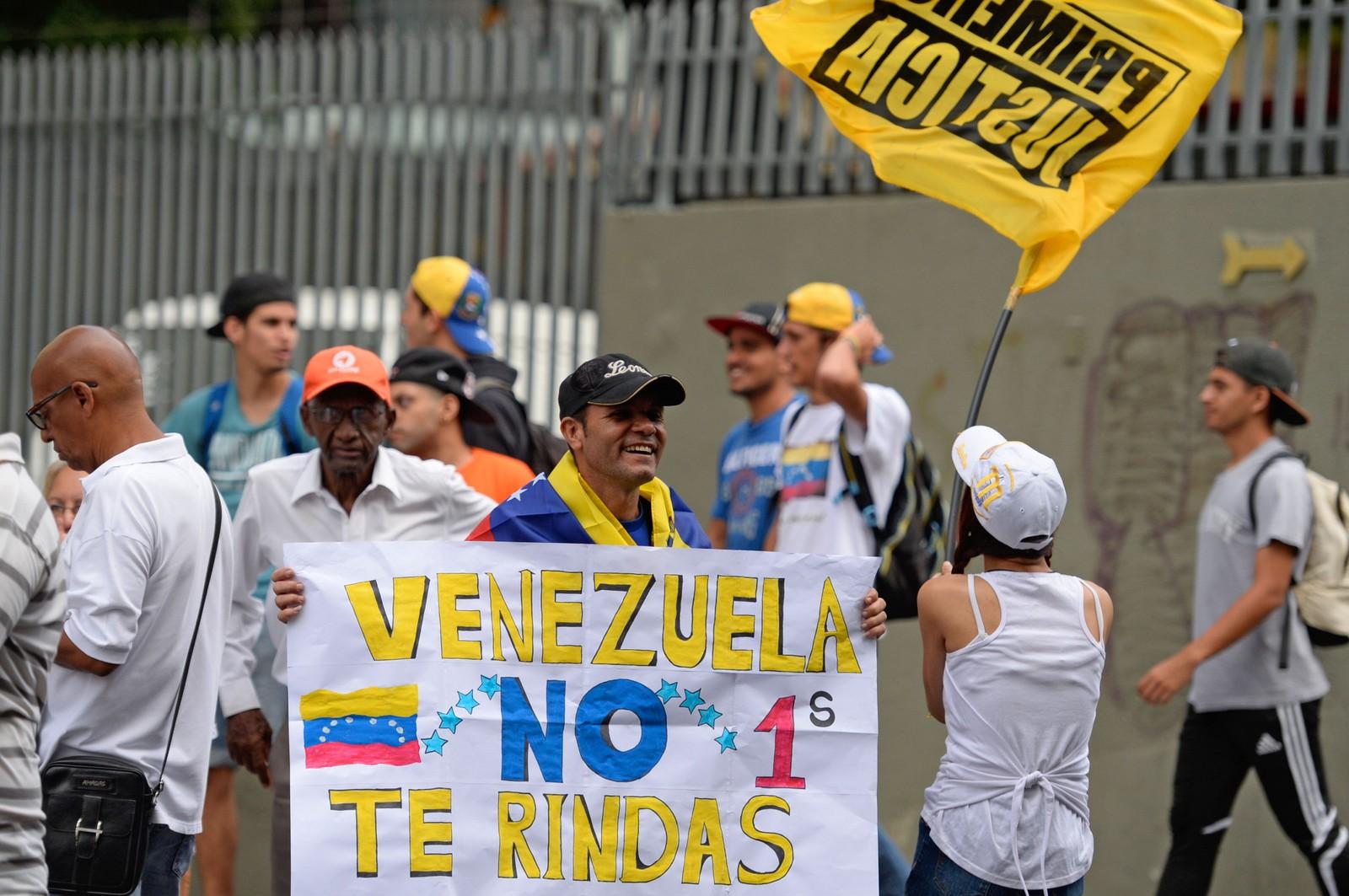 Det er demonstrasjoner både for og imot presidenten.