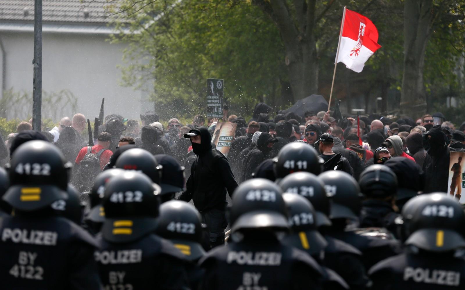 Høyreekstreme demonstranter blir forsøkt roet ned av tysk politi under 1. mai-markeringen i byen Plauen i Tyskland.
