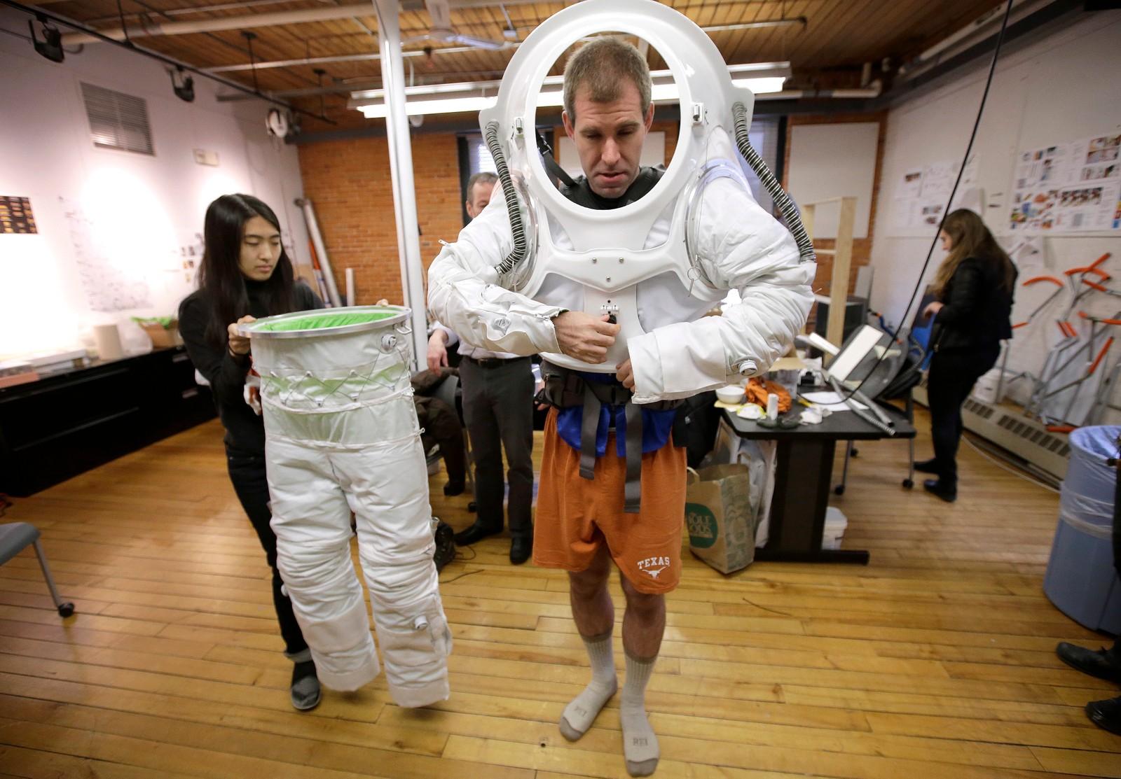 Hva skal man ha på seg på Mars? Det er neppe et spørsmål du trenger å stille deg foran klesskapet med det første. Men designstudent Erica Kim prøver her ut en ny versjon av en drakt laget med nettopp Mars i tankene.