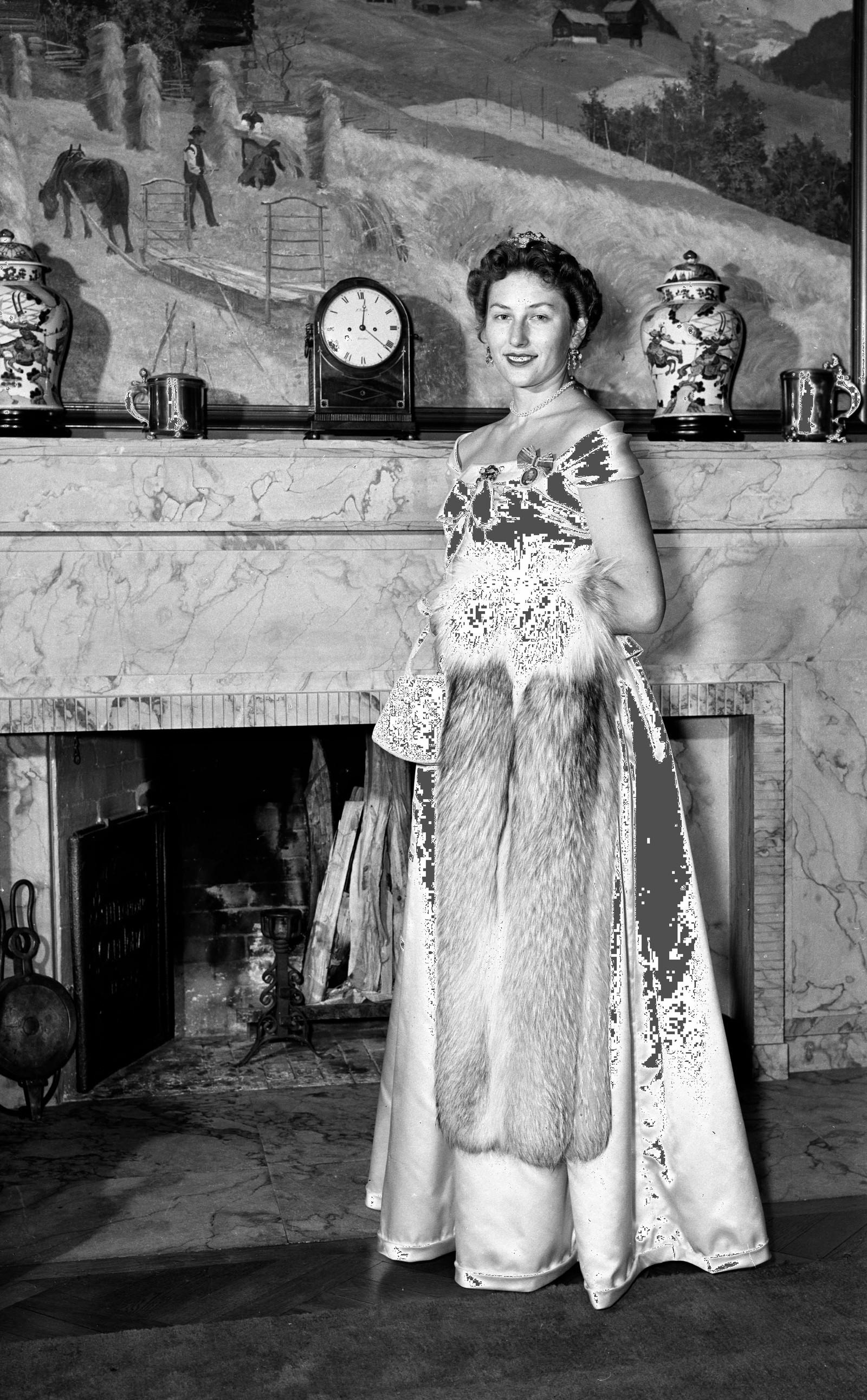 UNG FØRSTEDAME: Å vere kongeleg vertinne var uvant for prinsesse Astrid. Då mor døydde tok ho over ansvaret som norges førstedame. Her klar for galla på Skaugum i november 1954.