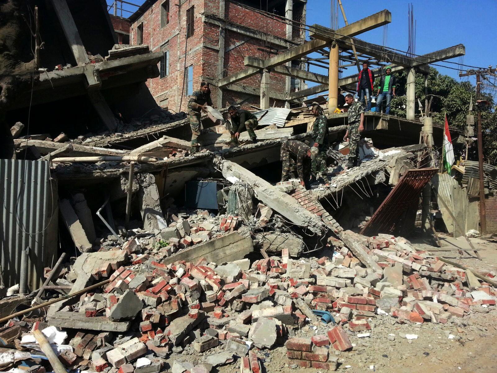 Soldatar ryddar opp i ruinane etter jordskjelvet i Imphal.