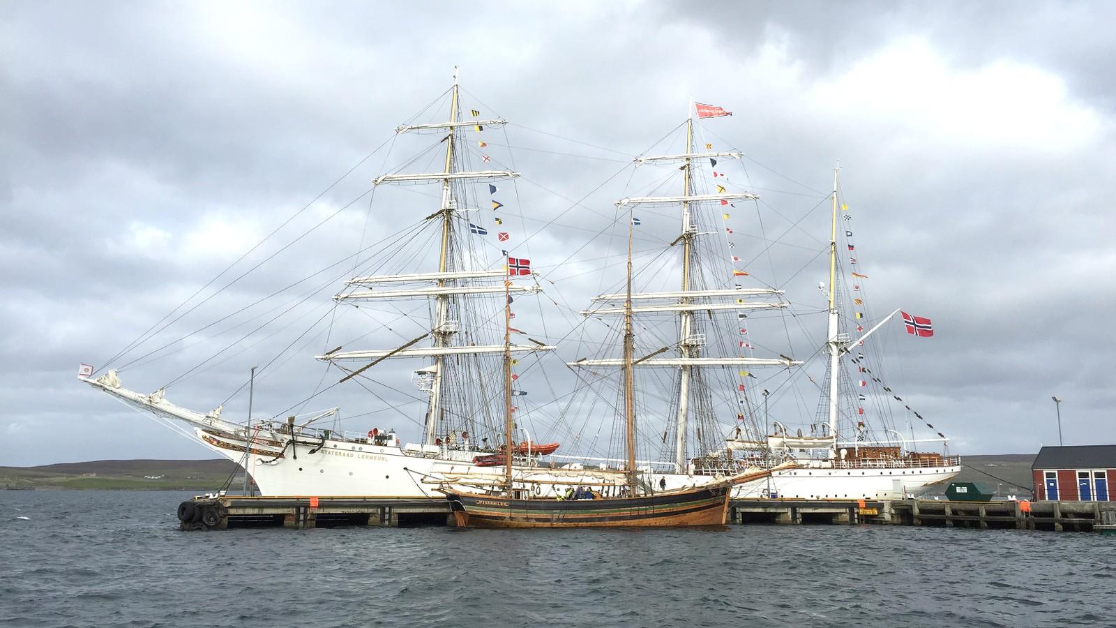 Svanhild og Statsraad Lehmkul ved havn i Lerwick.