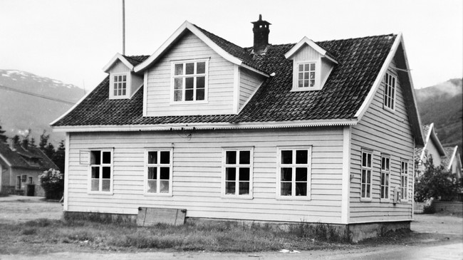 Dette huset tente som kommunehus frå 1883 til 1956. I tillegg var det og bank og telefonsentral der. Ukjend fotograf. Eigar: Sogndal Sogelag/Fylkesarkivet i Sogn og Fjordane.