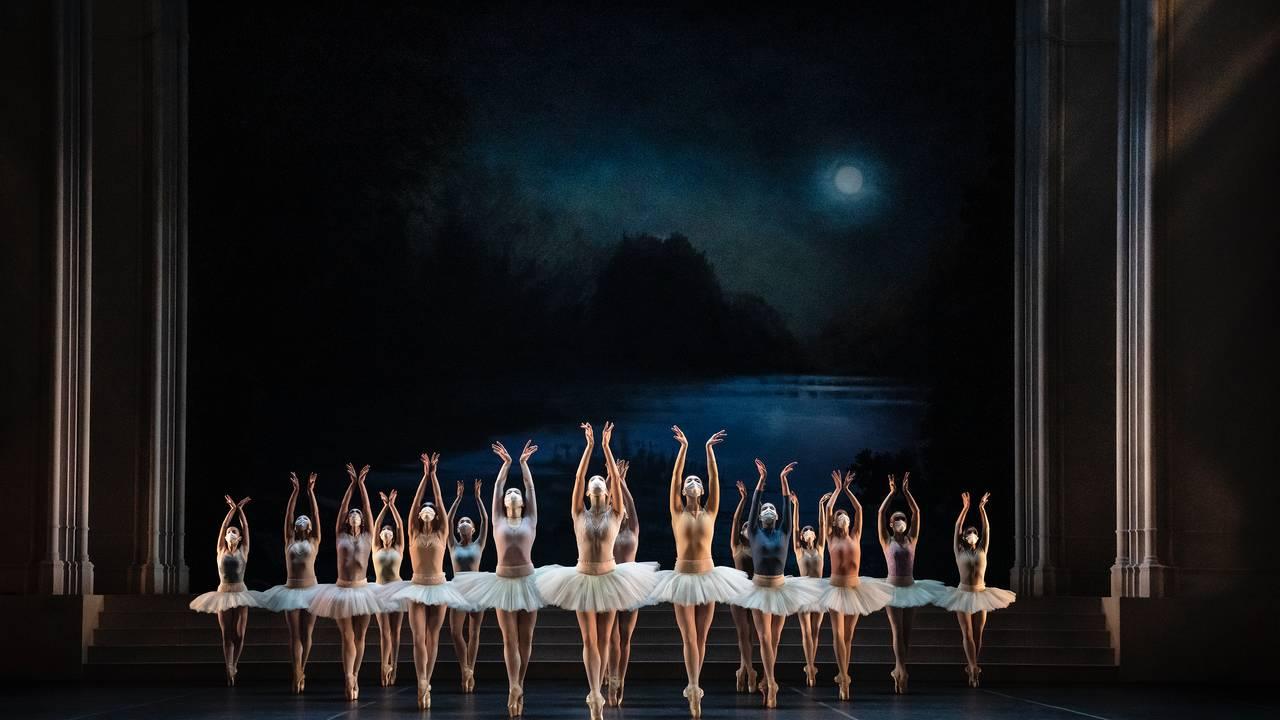 Dansere med munnbind i Nurejevs Svansjön ved Kungliga Operan