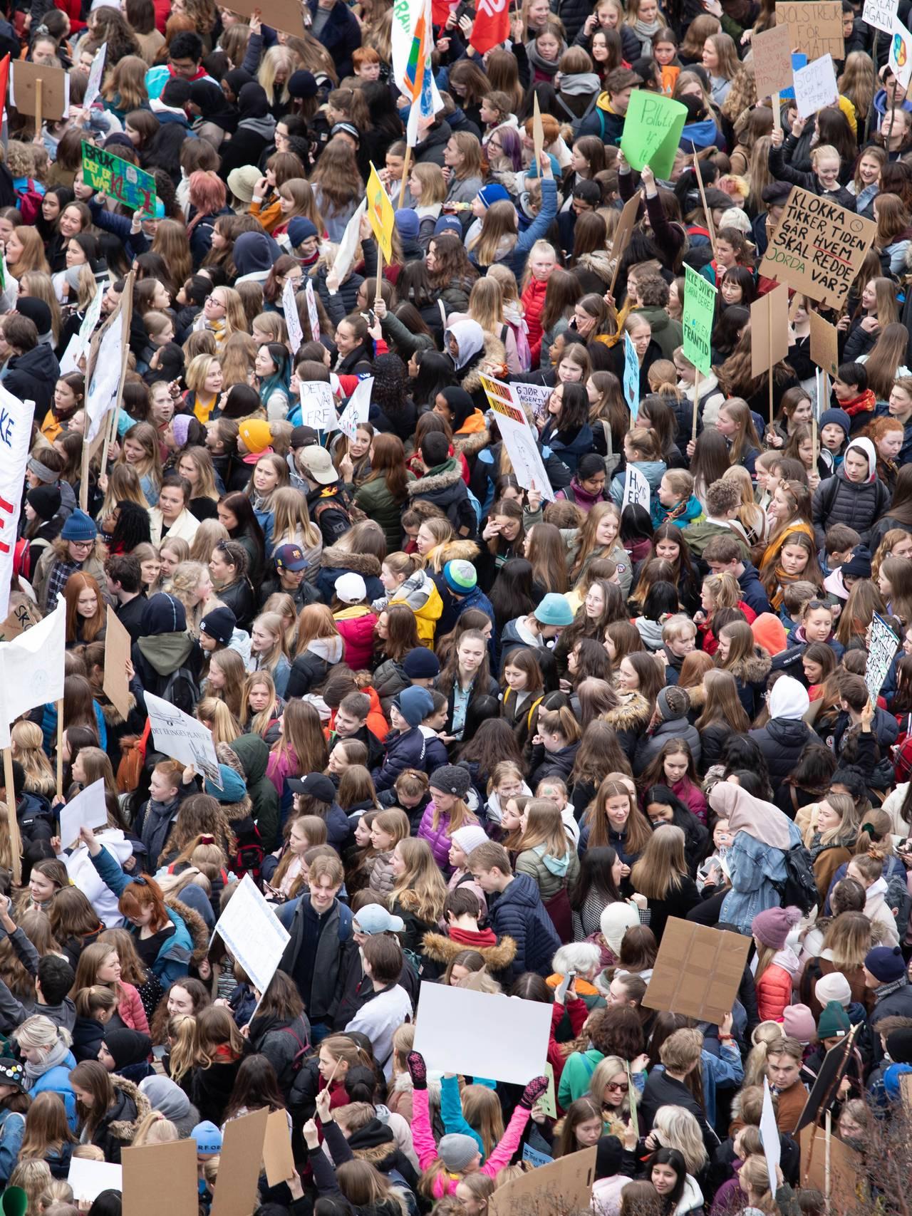 Skoleungdom streiker for klimatiltak på Eidsvolls plass i Oslo.