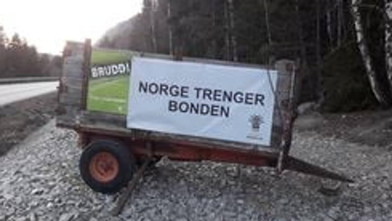 Flere bønder i Innlandet har brukt eget utstyr til å markere sin misnøye med jordbruksoppgjøret.