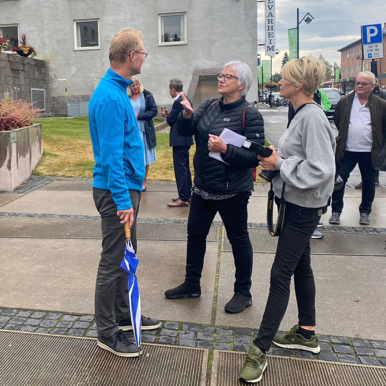 Tor Andre Johnsen snakker med pressen i Elverum