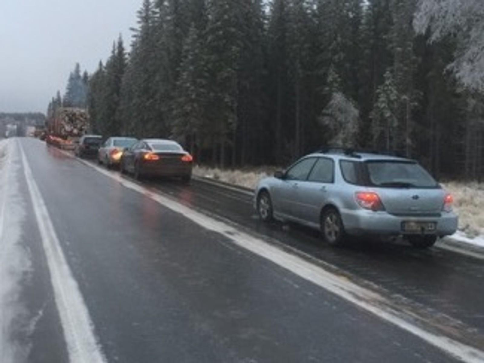 Lange køer på Vardalsåsen på fylkesvei 33 etter at underkjølt regn førte til speilblank veibane.