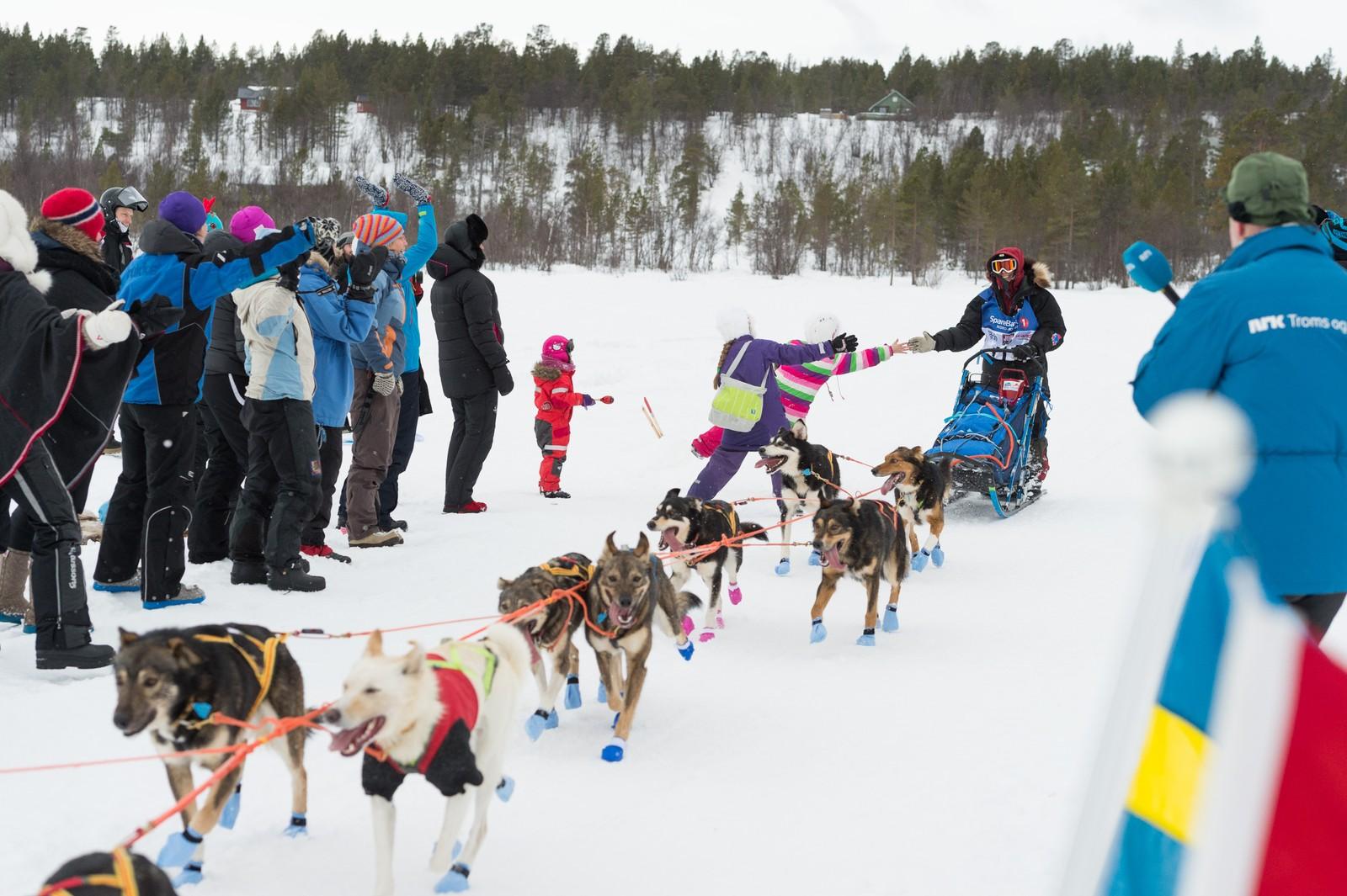 Hyttefolket på Langvannet i Alta laget flaggborg for løperne et par mil etter starten.