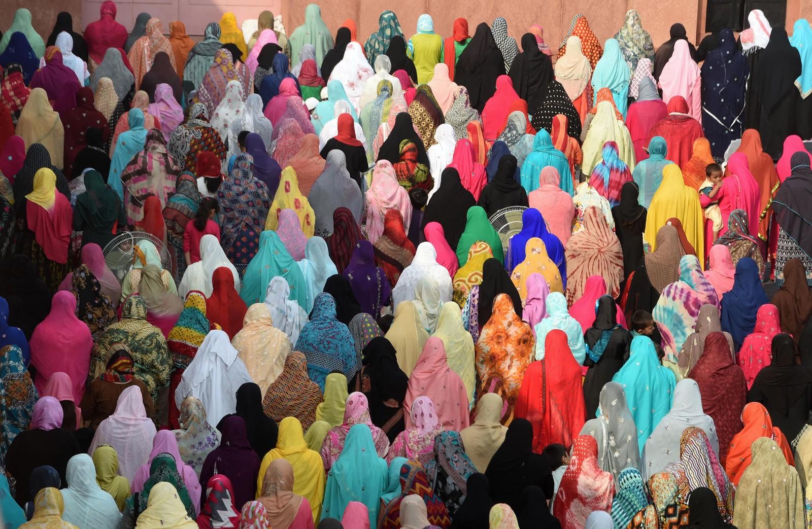 Fargerike pakistanske kvinner under Eid-bønn i Badshahi-moskeen i Lahore 25. september.