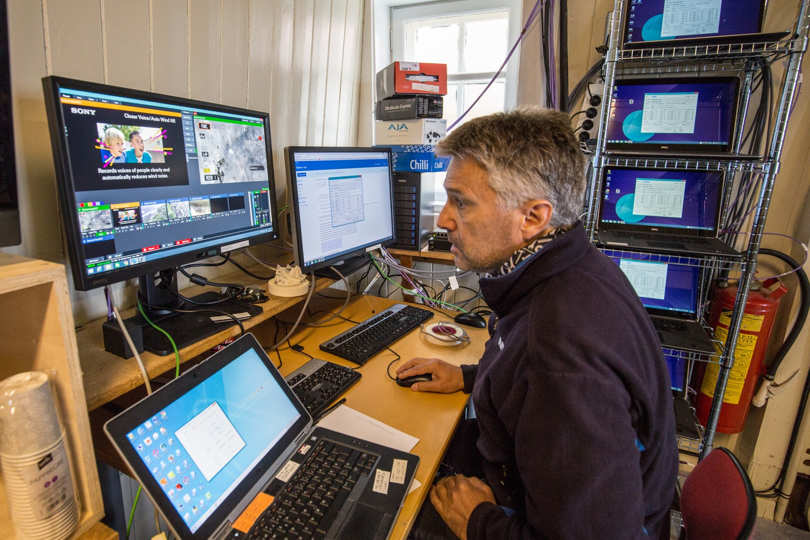 Her sitter Nils Arne Sæbø ved datamaskinene som koder og sender ut videostrømmene til nettsiden nrk.no/piip.