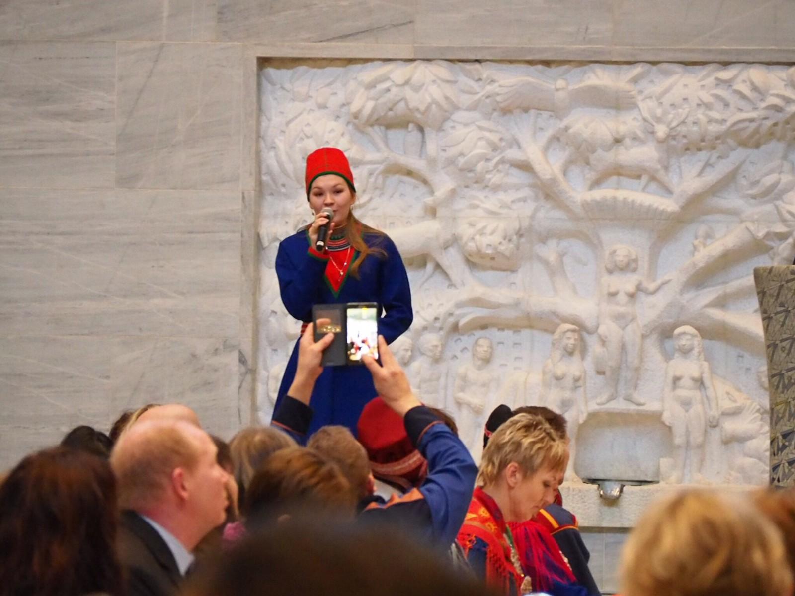 Den unge joikeren Marja Helena Fjellheim Mortensson opptrådte med joik under feiringen av samefolkets dag i Oslo rådhus.
