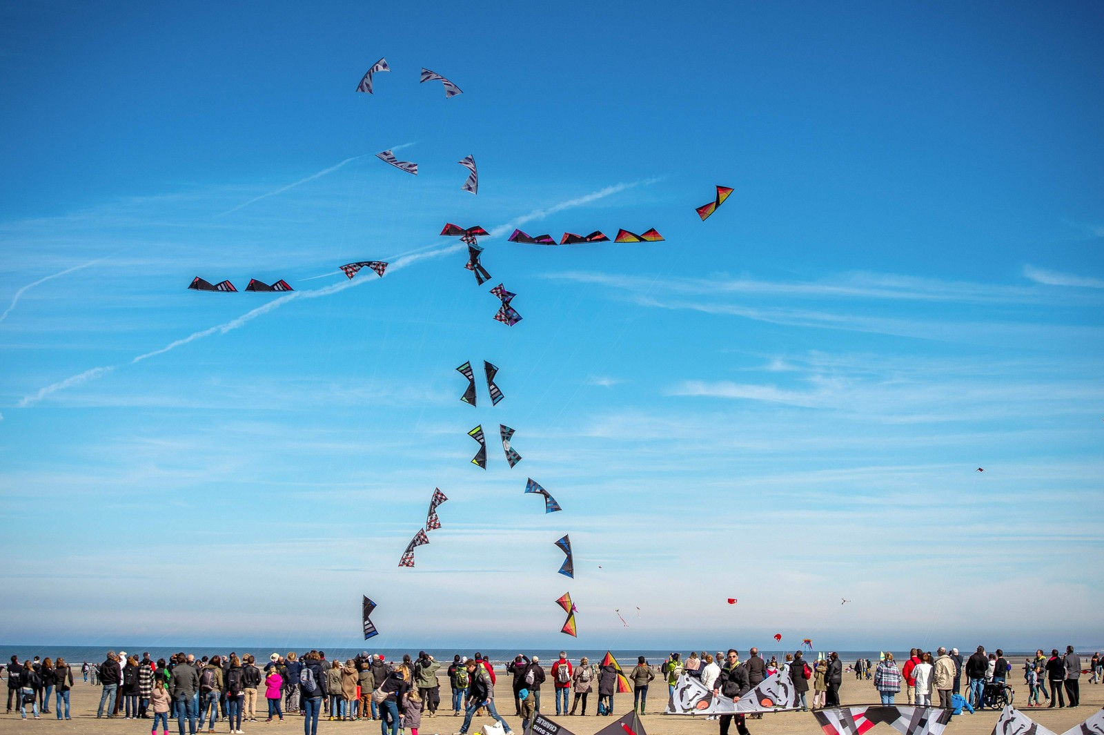 DRAGEMORO: Folk flyr drager i formasjon under den internasjonale dragefestivalen i Berck-sur-Mer nord i Frankrike.