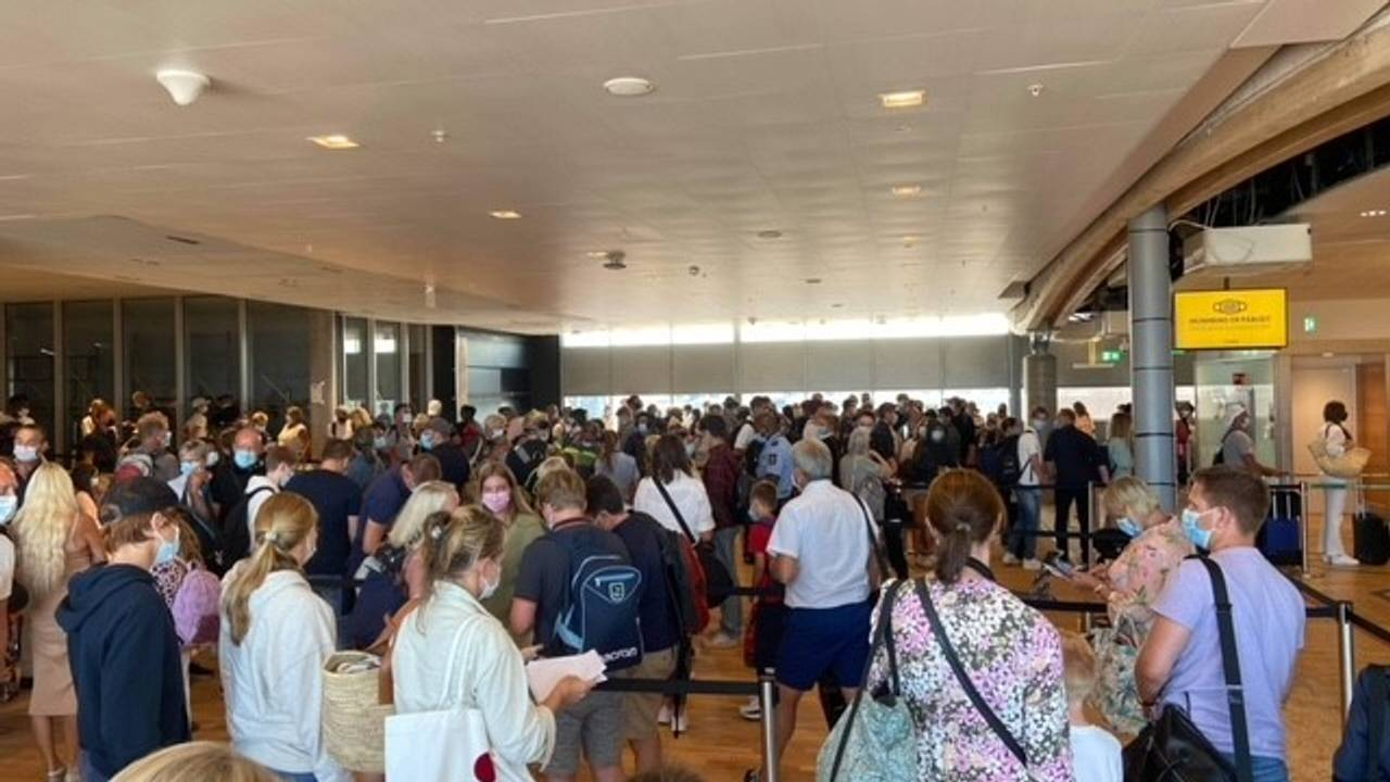 Bilde av kø i ankomstområdet på Oslo lufthavn