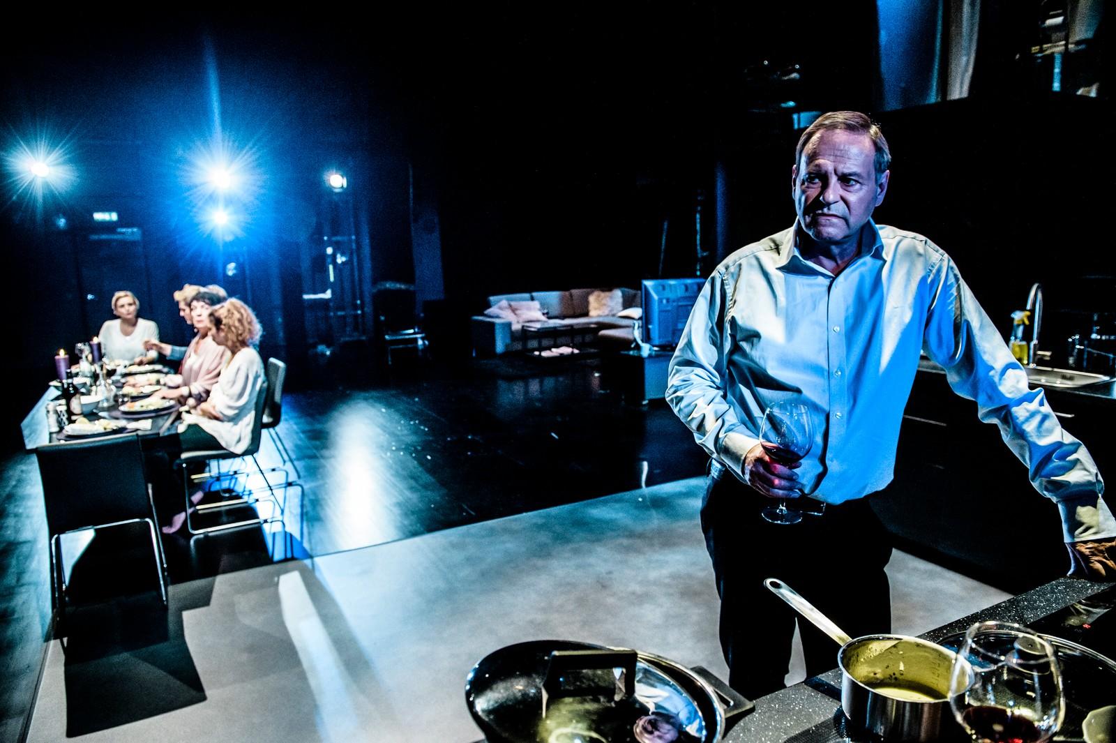 OVERSALTET: Svein Tindberg som Arnljot, faren til Ingvild (Ulrikke Hansen Døvigen), oppdrettsmillionæren som mislykkes med kveitemiddagen.