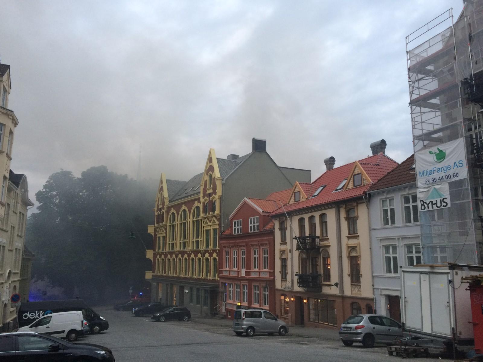 Husene står tett i området, og det er stor fare for spredning av brannen.