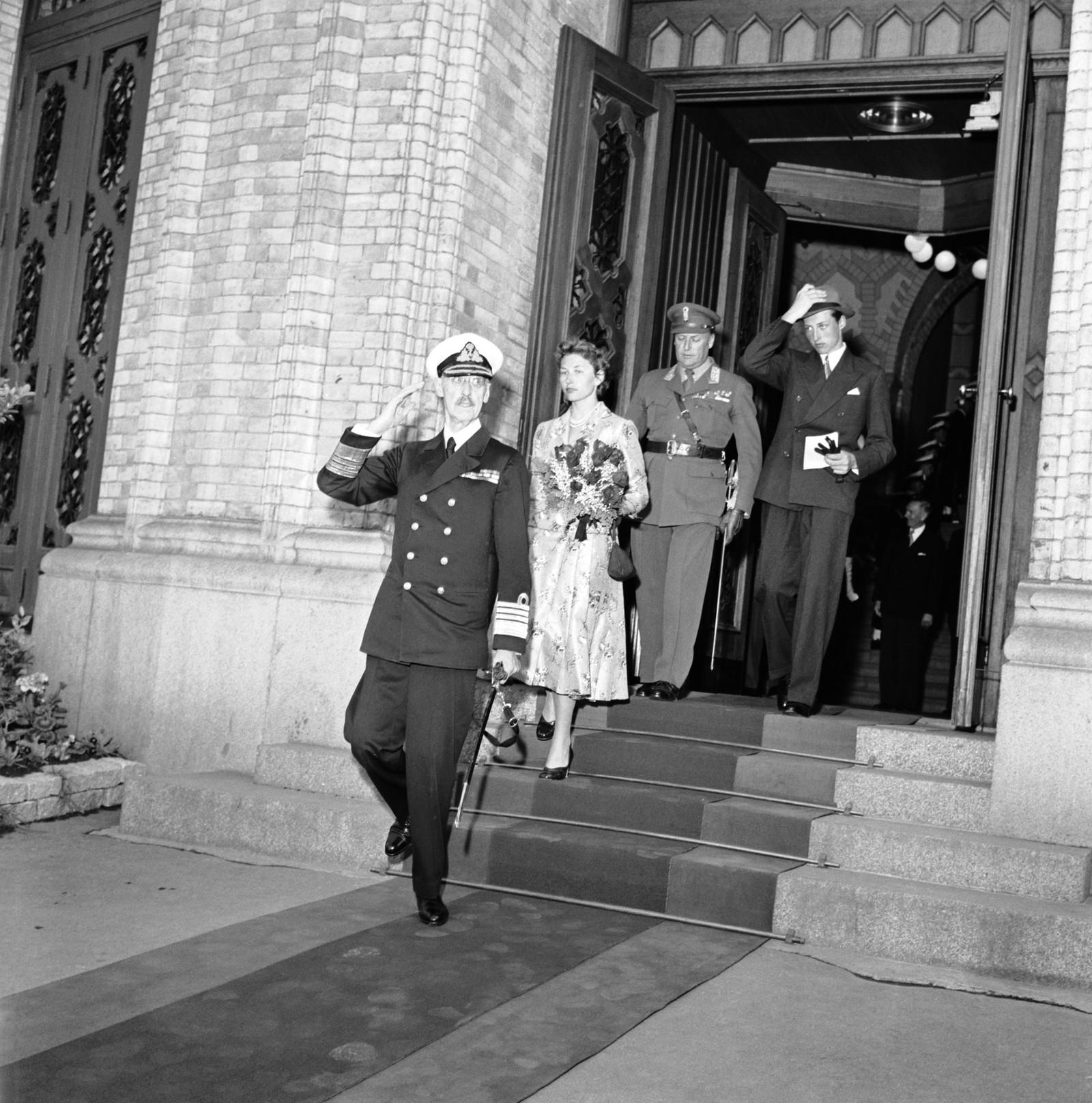 HAR TENT TRE KONGAR: Prinsesse Astrid har tent kong Haakon VII, kong Olav V og kong Harald V. Her på veg ut frå Stortinget i samband med 50-års jubileet for Unionsoppløysinga i 1905.