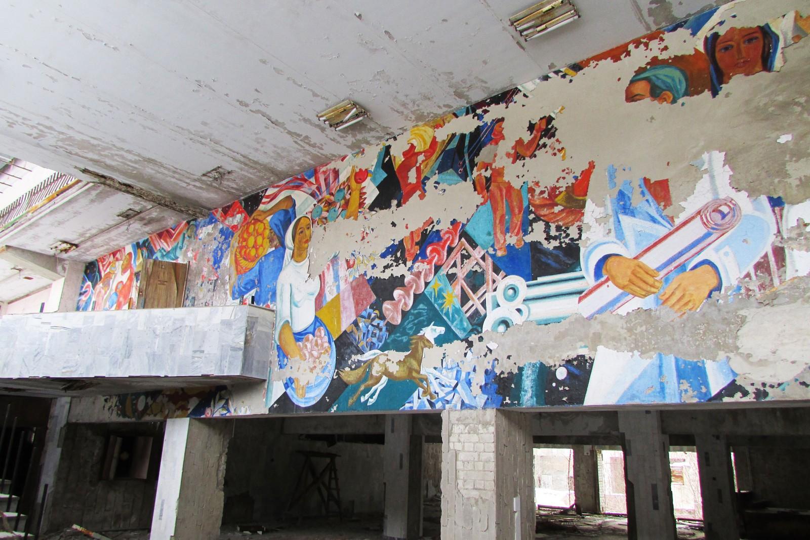 Veggmaleriene - i beste sovjetstil - falmes år for år.