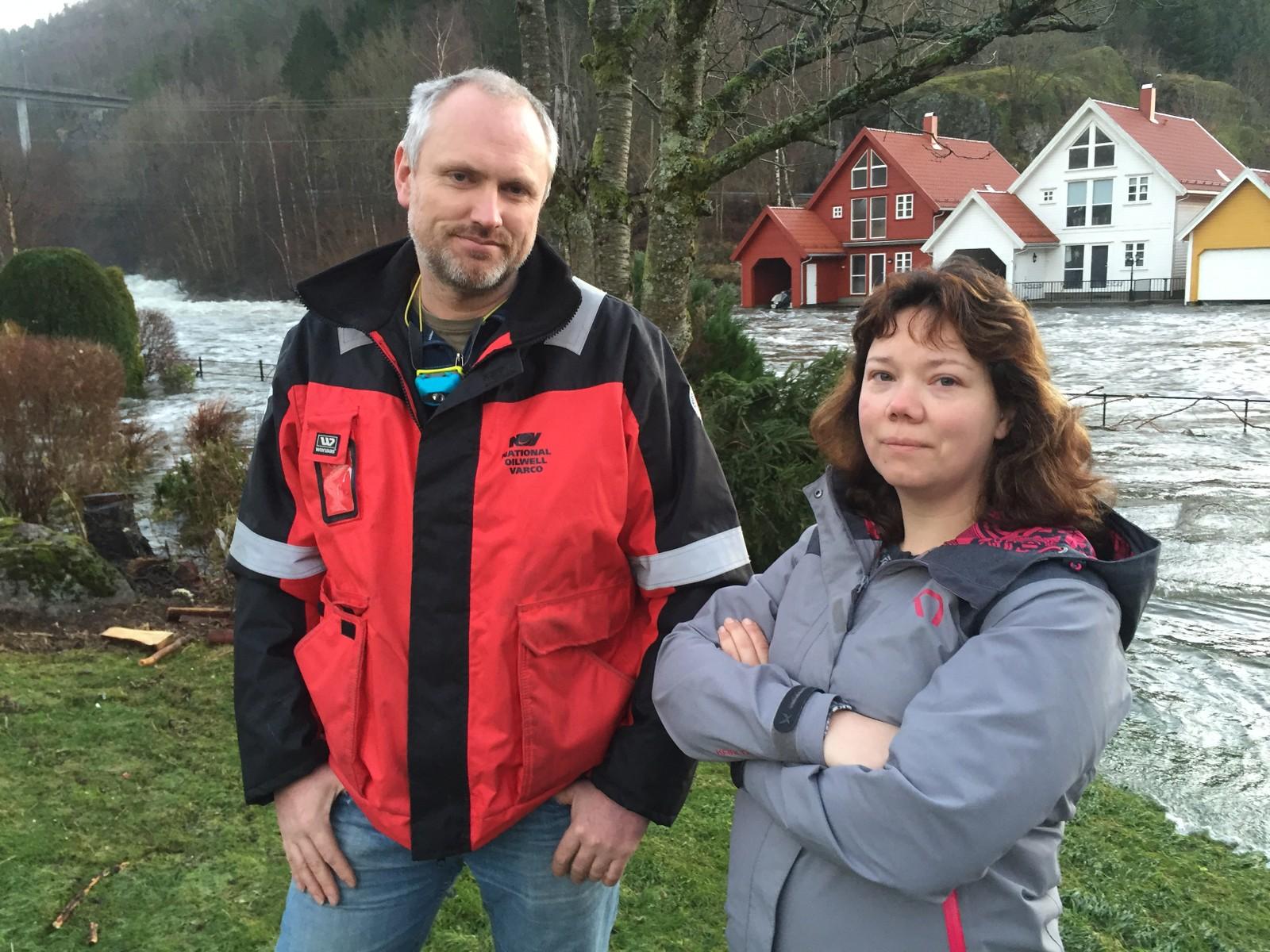 Frode Berg og Constanse Skranefjell har ikke sovet mye i helga. De har fått vann i kjelleren og forteller at det har vært helt kaotiske døgn.