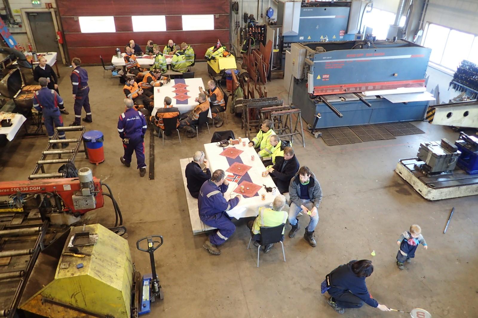 Gruvearbeiderne på Svalbard fikk seg en velfortjent 17. mai-middag på jobb.