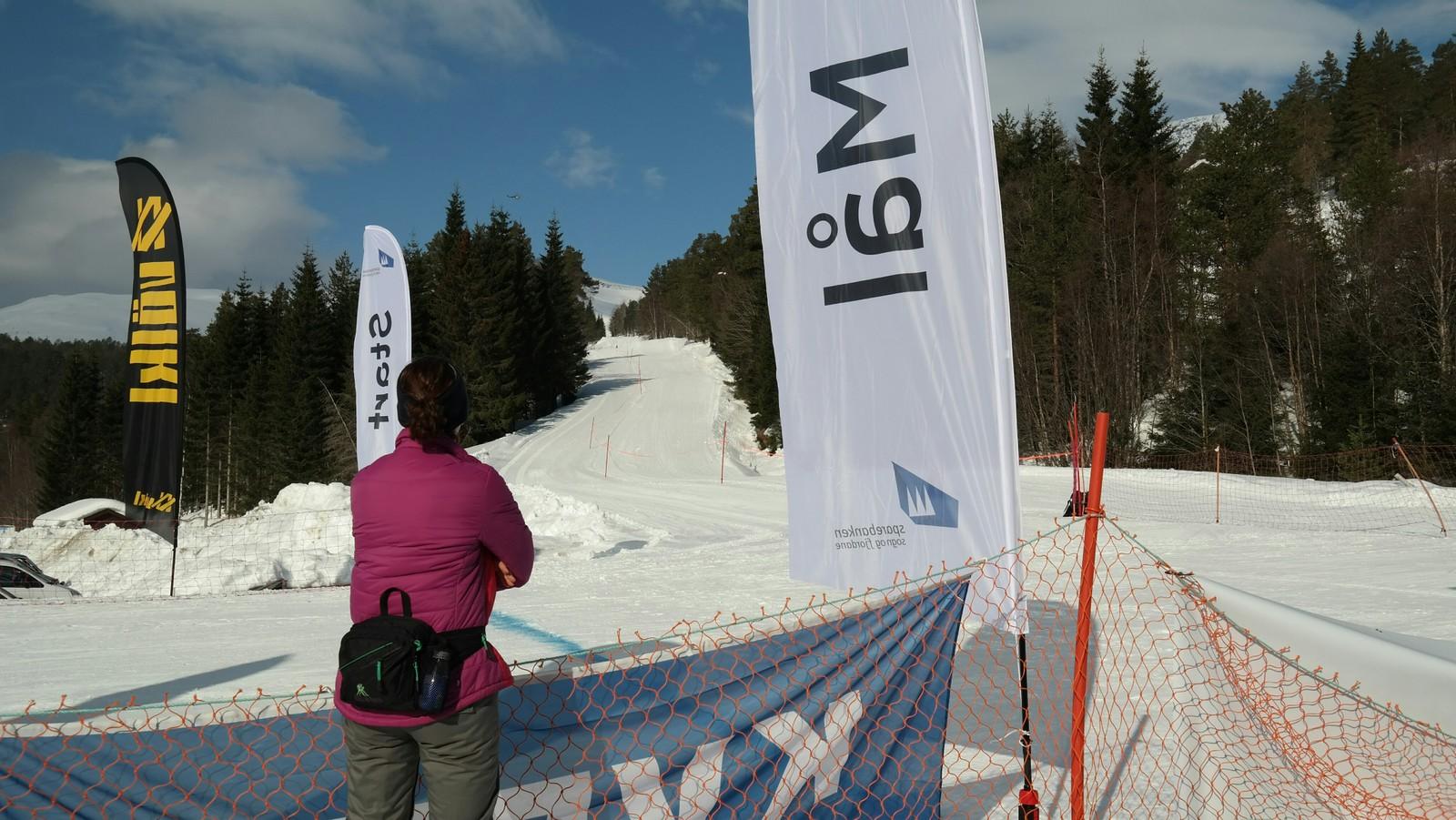 Start og mål var på same plass ved Stryn vinterski. Her ventar dei spent på første mann og kvinne over målstreken.