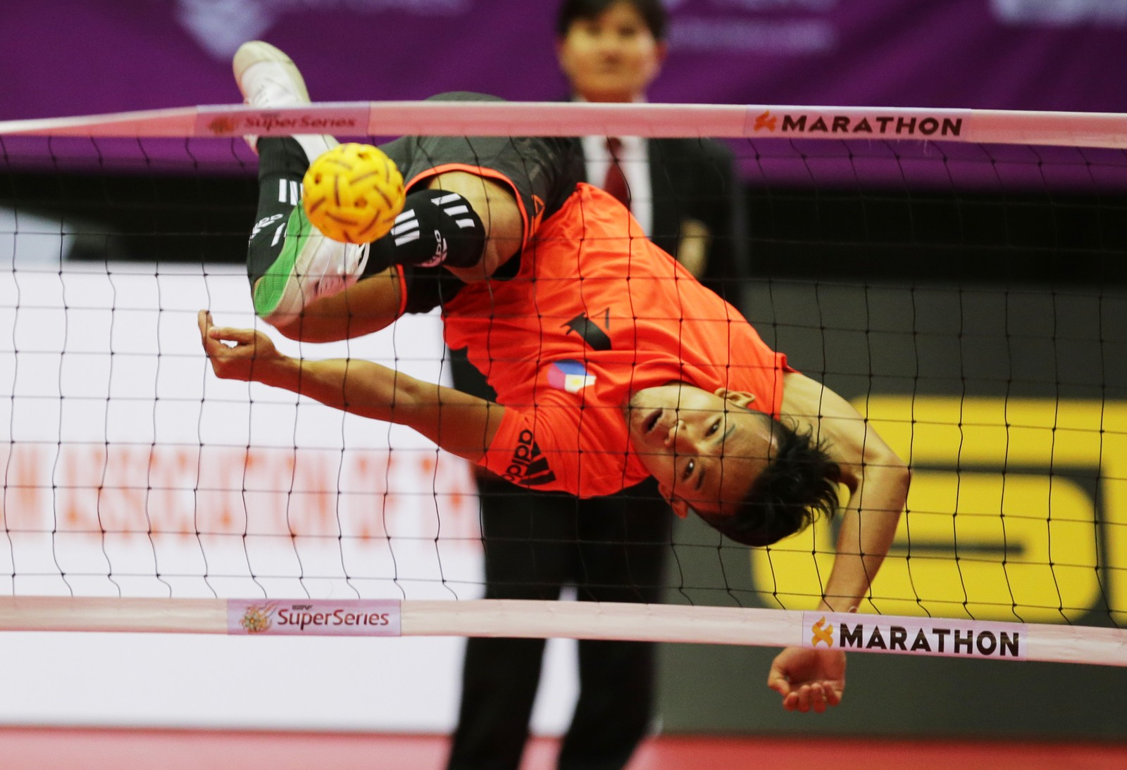 Fillippinenes Rheyjhey Ortouste i aksjon under semifinalen i Thailands superserie i sporten Sepak Takraw. I praksis handler sporten om å spille volleyball på en badmintonbane, men uten å bruke armene. Det resulterer i mye imponerende akrobatikk.