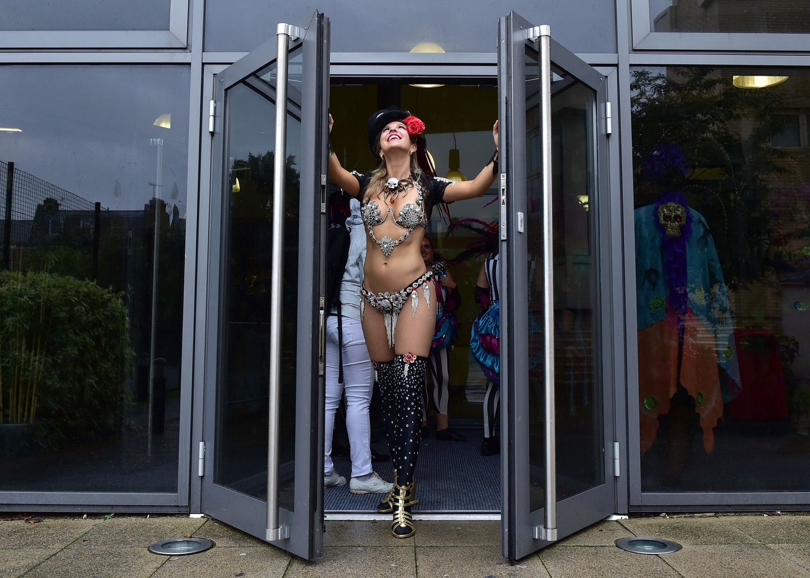 Sambaskolen i London deltok i det årlige Notting Hill-karnevalet. Regn trua imidlertid arrangementet, som første gang fant sted på 60-tallet.