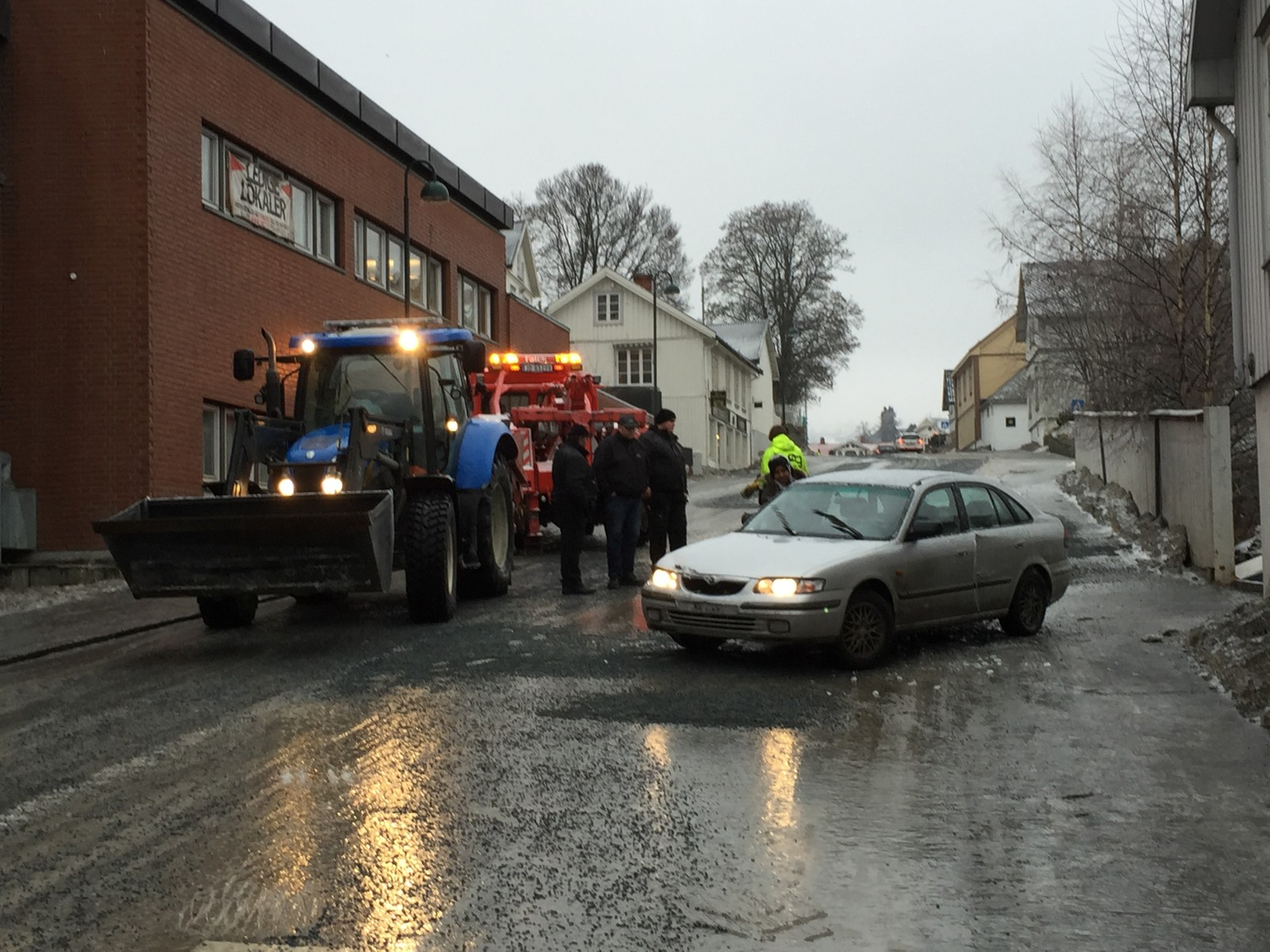 Kaos og glatte veier mange steder, også i Gjøvik sentrum.