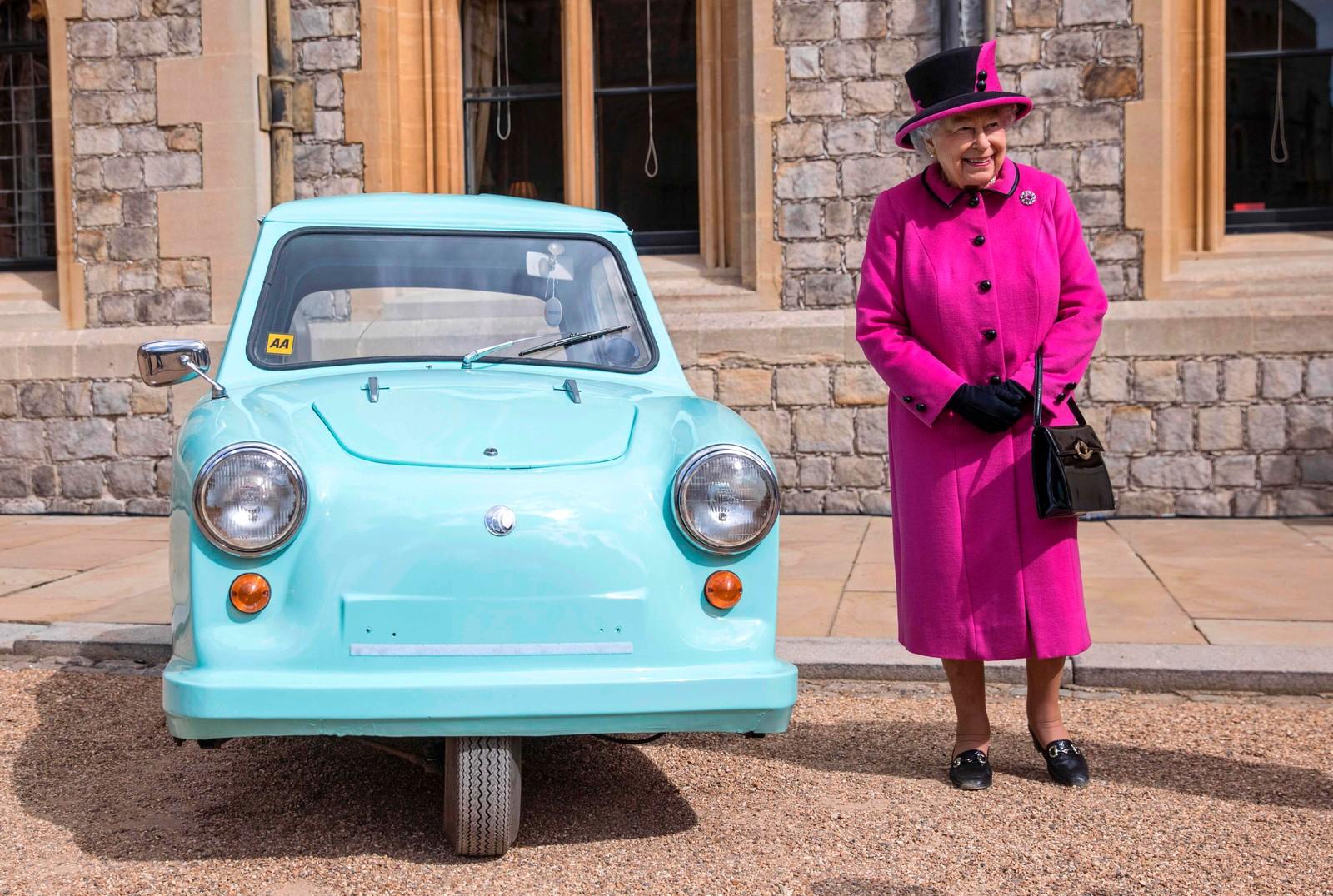 En liten bil og en Kongelig Høyhet. Bilen var ment for handicappede og heter Thundersley Invacar. Dronning Elizabeth II var med på å feire 40-årsjubileet til Motability, en organisasjon som hjelper handicappede med å få tilgang til rullestoler og biler.