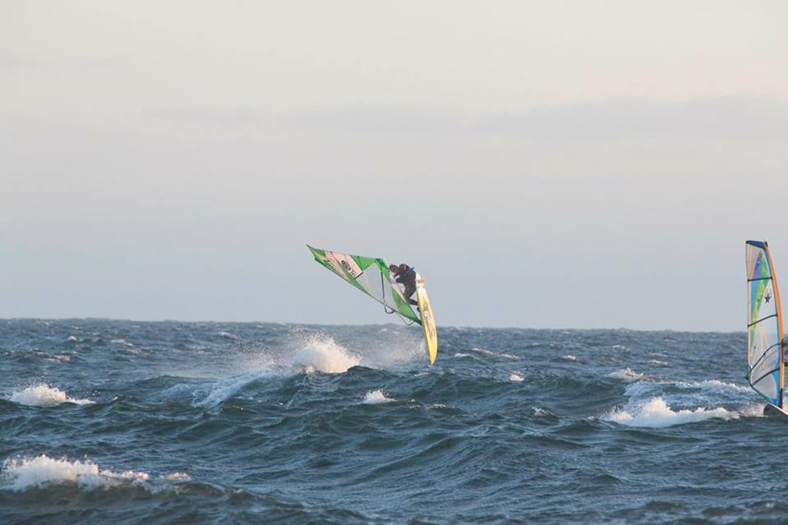 Per Christian Brodscöll vindsurfer og trikser på bølgene utenfor Lista.