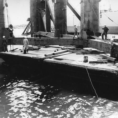 PIONERER: Fra Aker Mek Verksted 1966, under arbeidene med Norges første oljeplattform, som ble levert i mars 1967, med Halsamannen Jan Tømmerberg sentral blant pionerene. Fotoarkiv: Norsk Teknisk Museum.