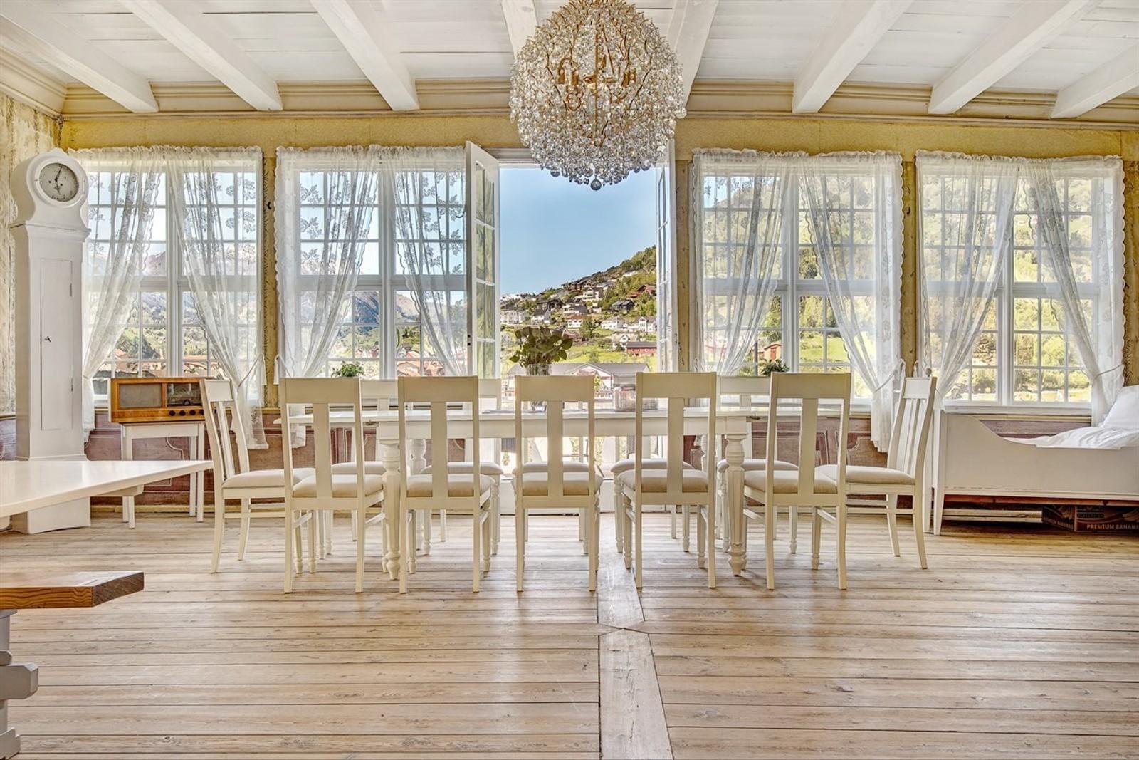 BALLSAL: Den gamle ballsalen i huset skal ha blitt brukt til festar for eliten i Sogn og Fjordane på 1800-talet.