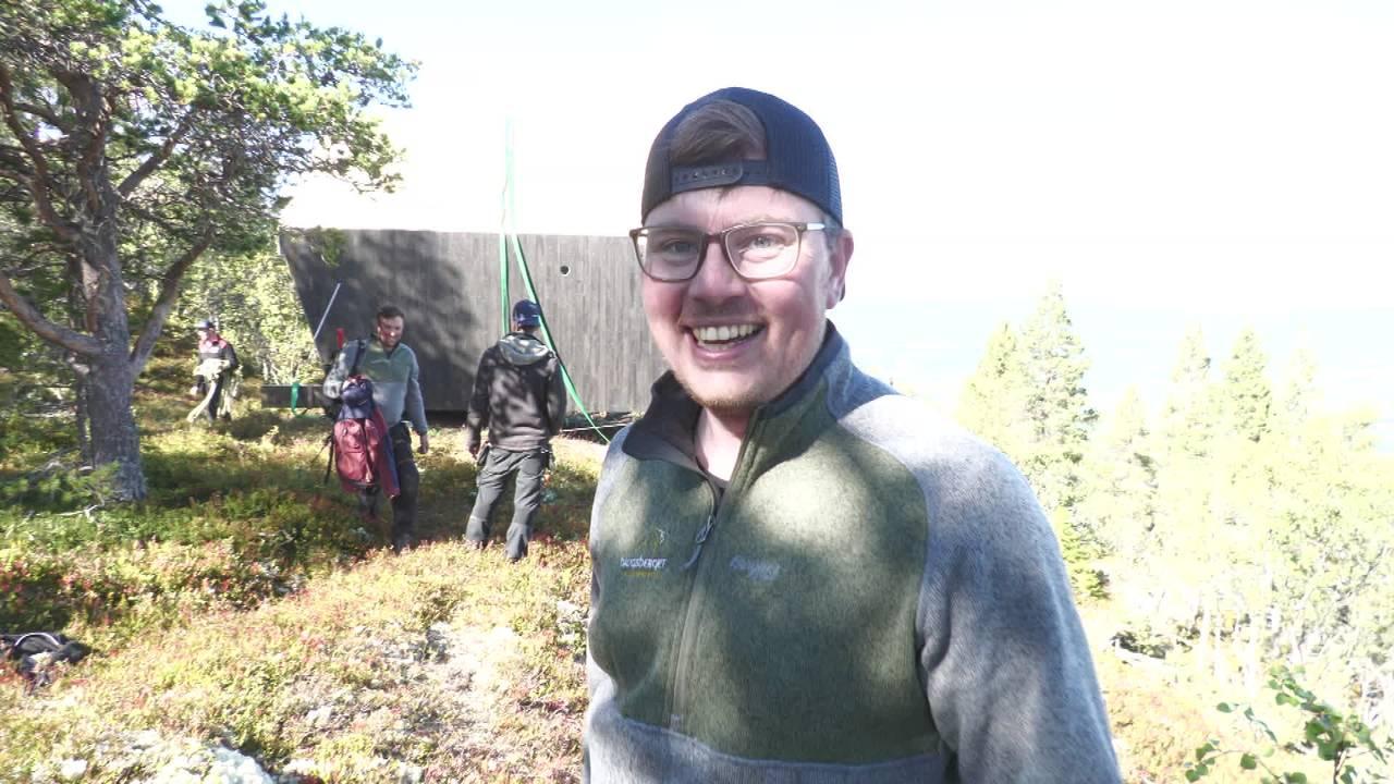 Ola Sandeggen foran fjellhytte i Alvdal