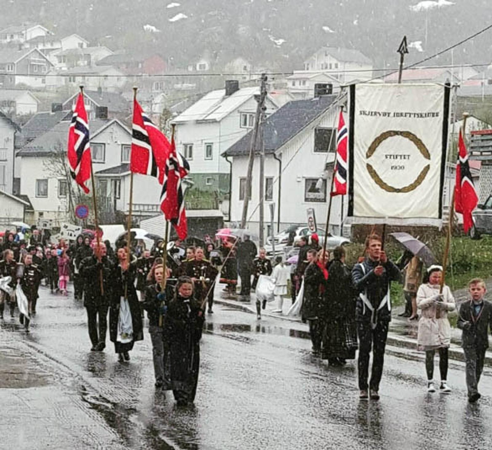 – 17. mai! Været kan vi ikke gjøre noe med, så vi feirer uavkortet likevel. Dette er Nord-Norge sin egen sjarm, skriver Instagram-brukeren ingerjrelax. Bildet er tatt i Skjervøy kommune.