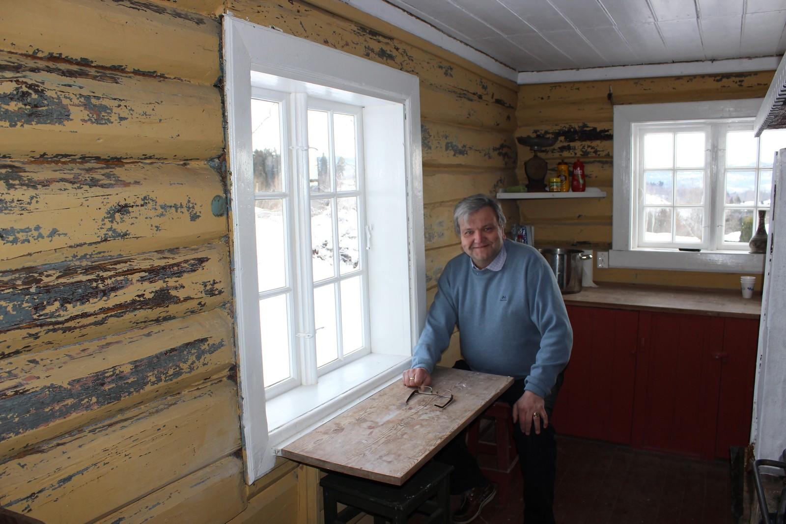 Fra kjøkkenbordet kan Knut Olaf Kals se ut over Thorleif Haugs lekegrind.