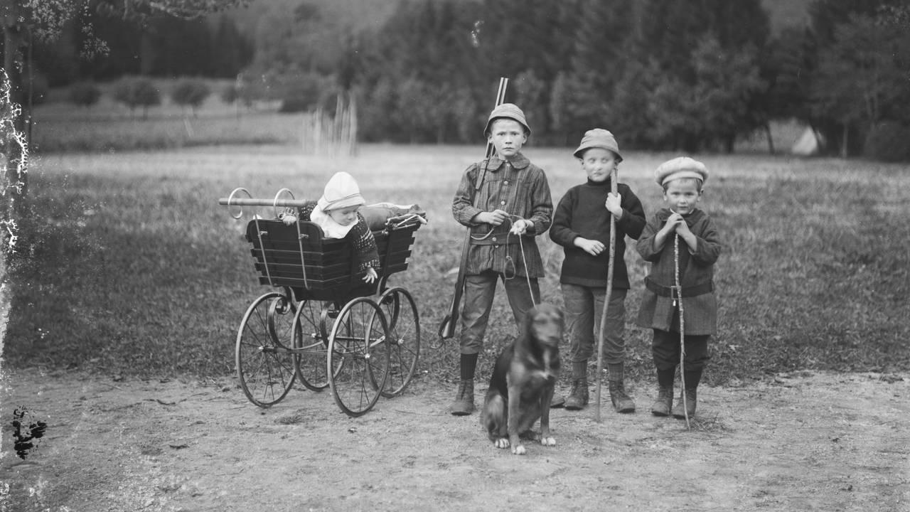 Barn, sannsynligvis søsken, fra Førde i Sunnfjord i Vestland. Bildet er tatt rundt 1920.  Bilde frå arkivet til fotograf Olai Fauske i Førde, Sunnfjord.